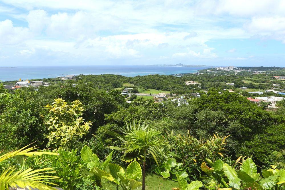 遠くに見える伊江島