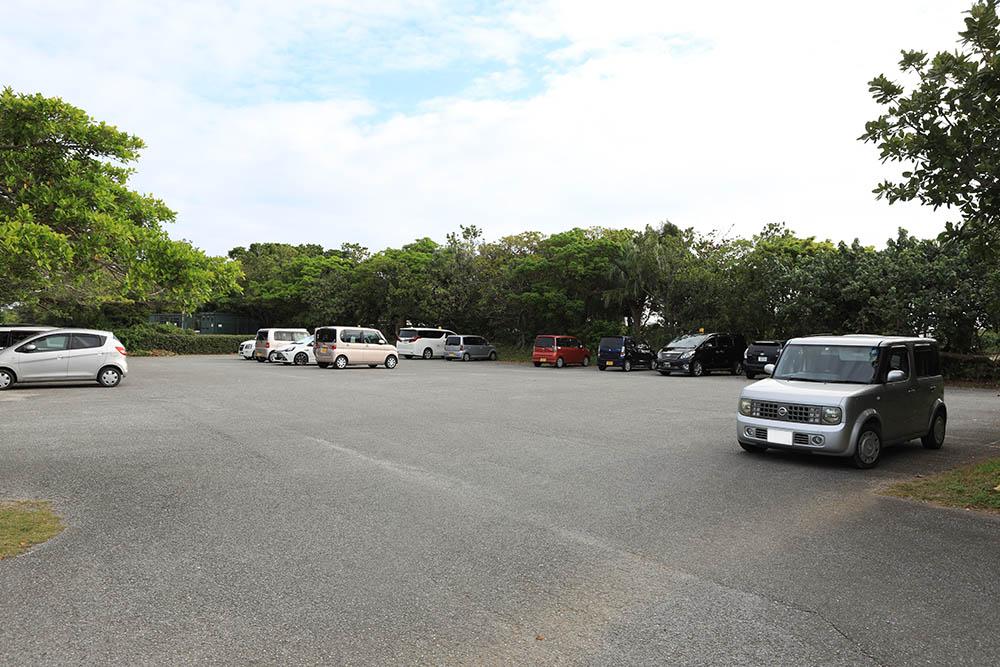 ニライビーチの無料駐車場