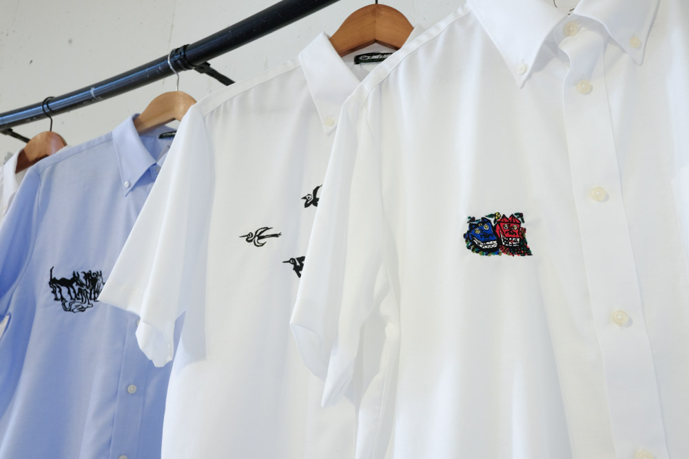 胸元にワンポイント入ったシャツ1