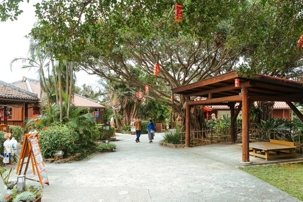 沖縄ワールドで伝統を体験するワークショップ