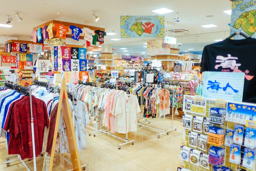 沖縄のシャツ売り場