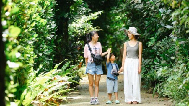 沖縄旅行で家族写真