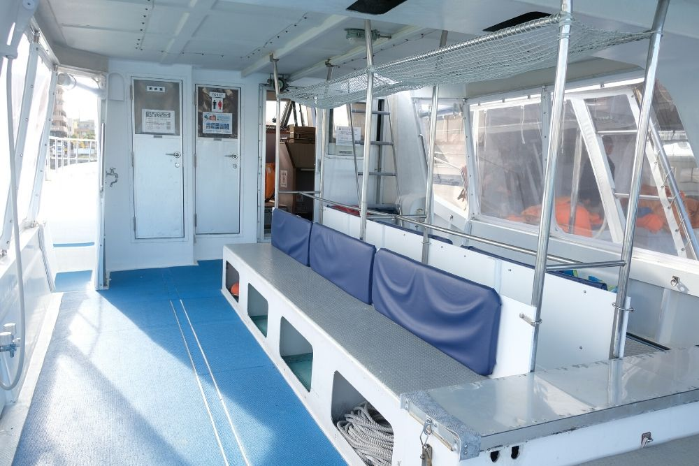 ホエールウオッチングツアーの船