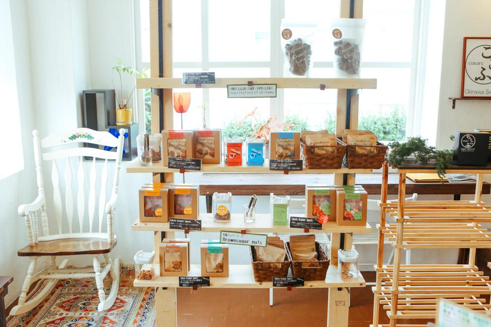 浦添のカフェCOKOFUの商品棚