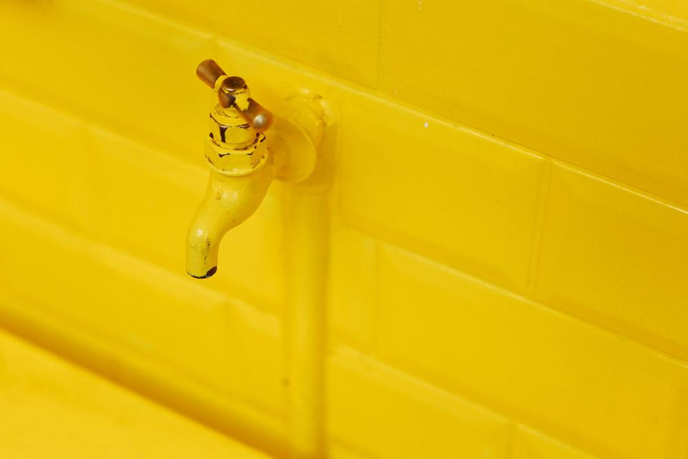黄色い蛇口