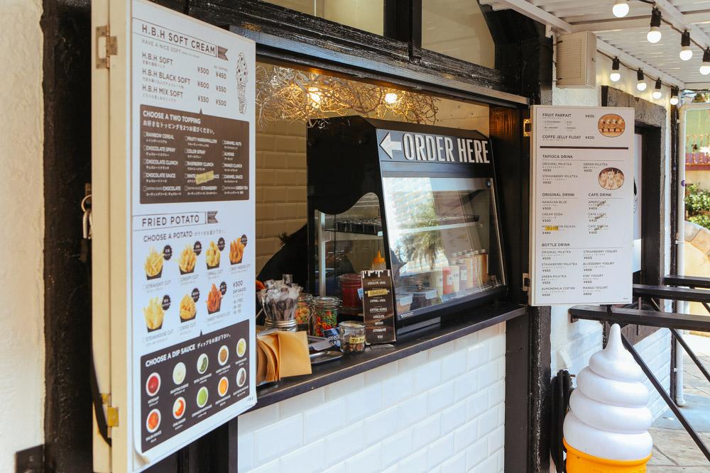 北谷美浜の小さなカフェ、H.B.H
