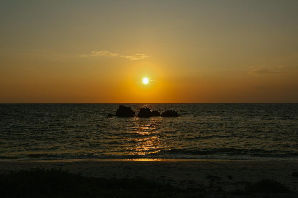 岩の前から見た夕焼け
