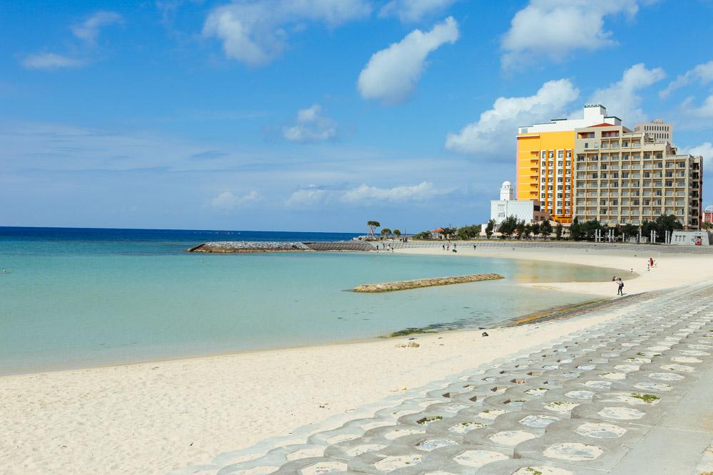 ビーチからベッセルホテル カンパーナ沖縄を臨む