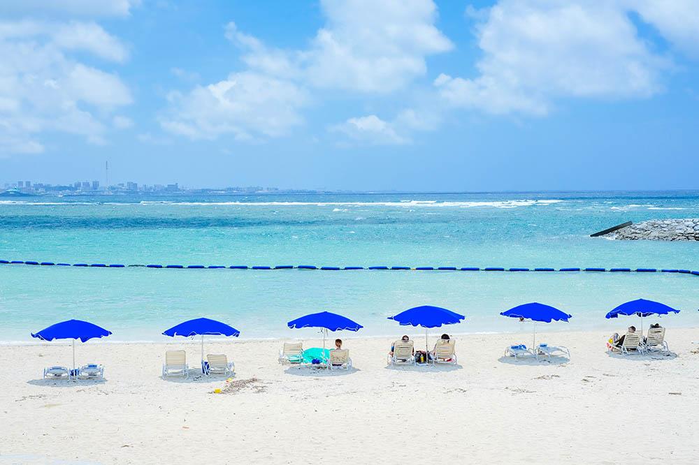 青いビーチパラソルと海