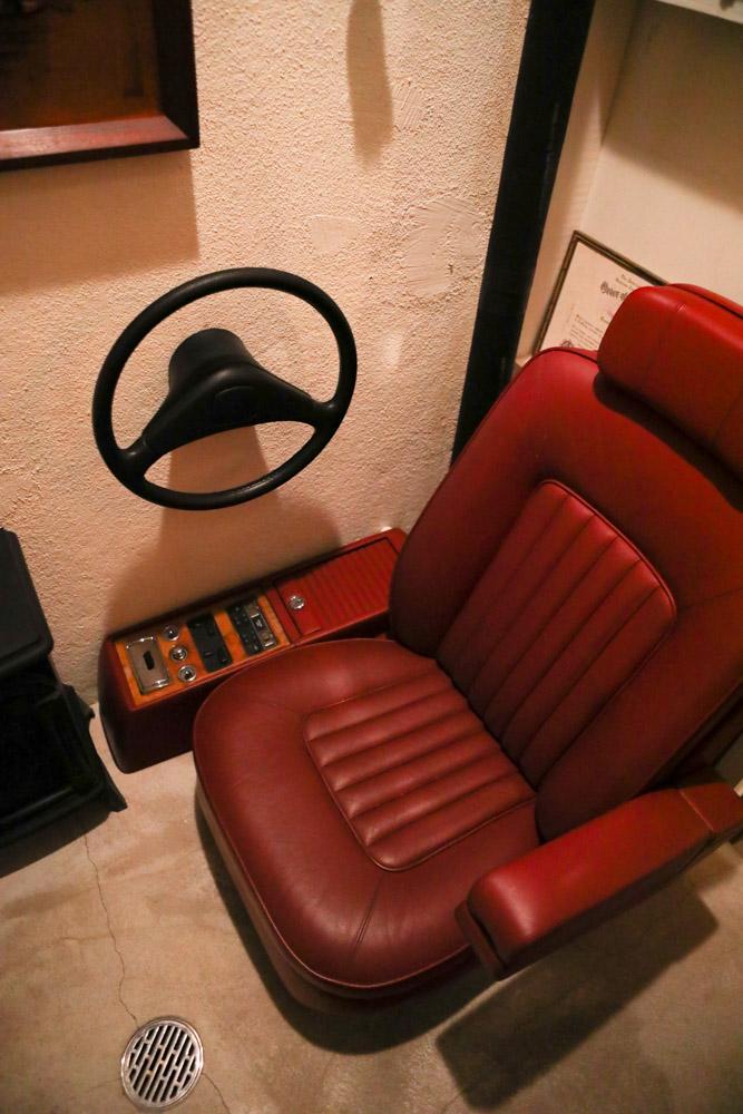 ロールスロイスの椅子がトイレに