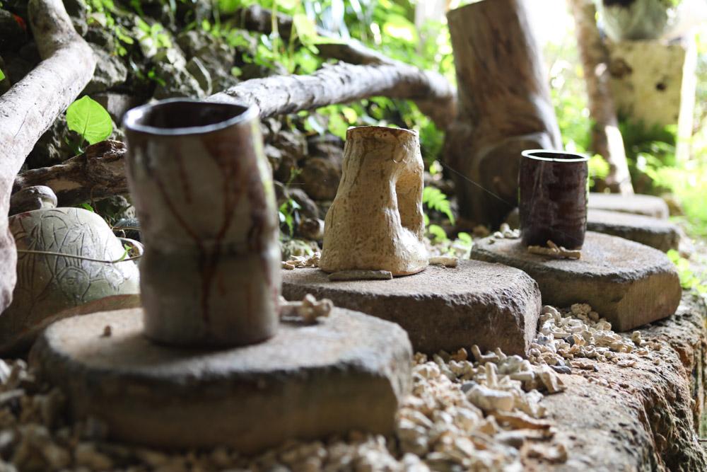 作家さんが作った陶器が並ぶ