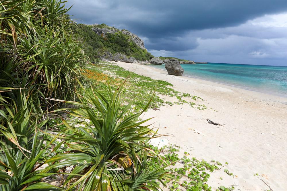 雨雲が迫って来たビーチ