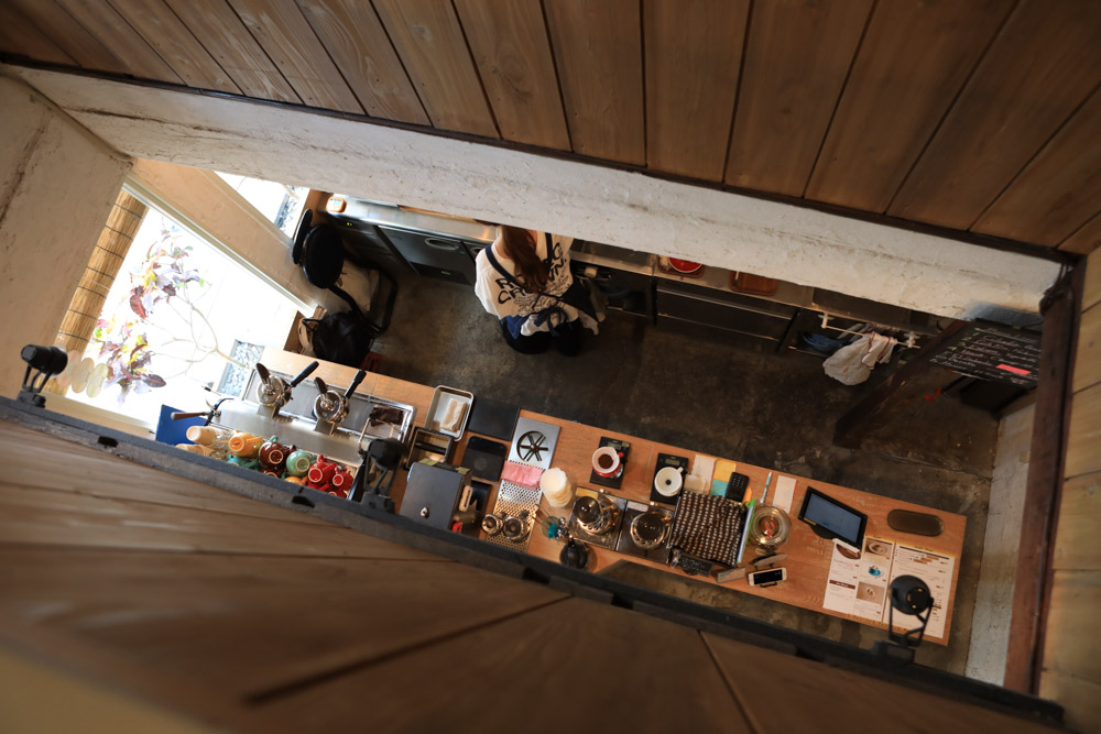 2階からキッチンをのぞき見