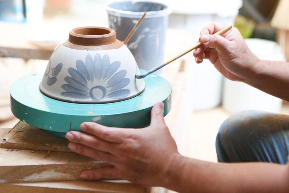 化粧土を掛け乾燥した器に最後の絵付け