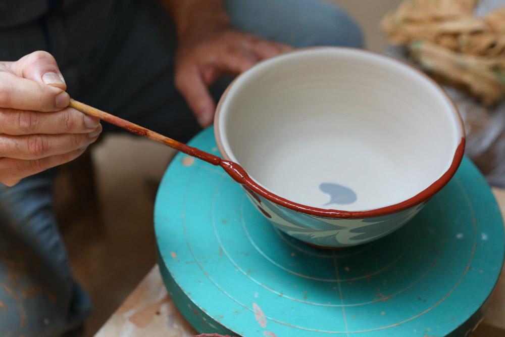 淵に赤い釉薬を塗る