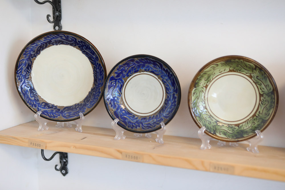線彫りで作られた大皿