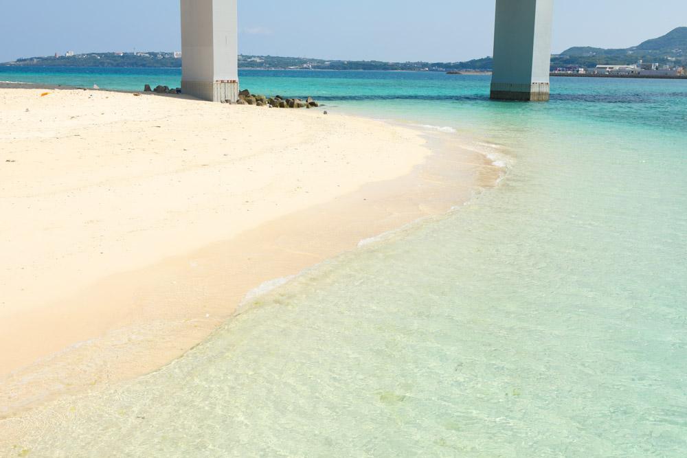 サンゴや貝がゴツゴツしている砂浜
