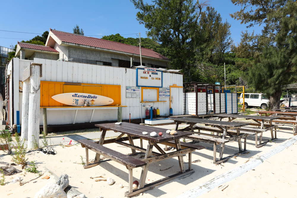 夏季営業の海の家