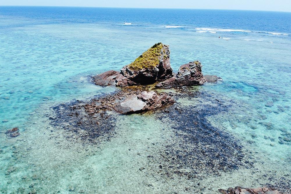 海にそびえ立つ二つの岩