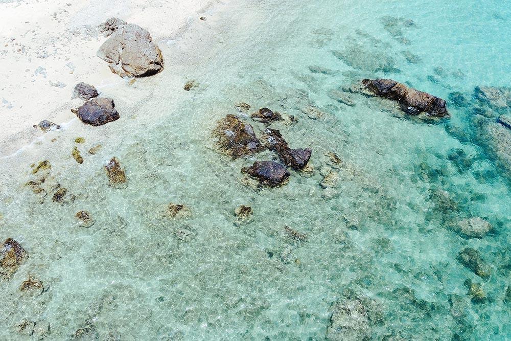 砂底が見えるほど透明な水質