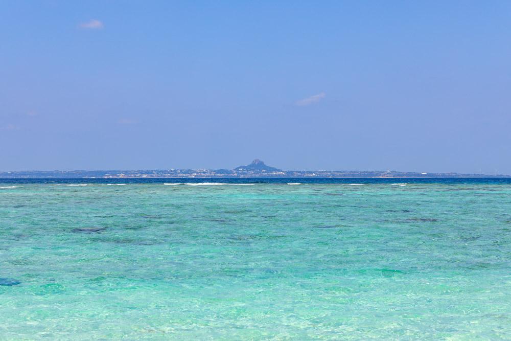 遠くに伊江島