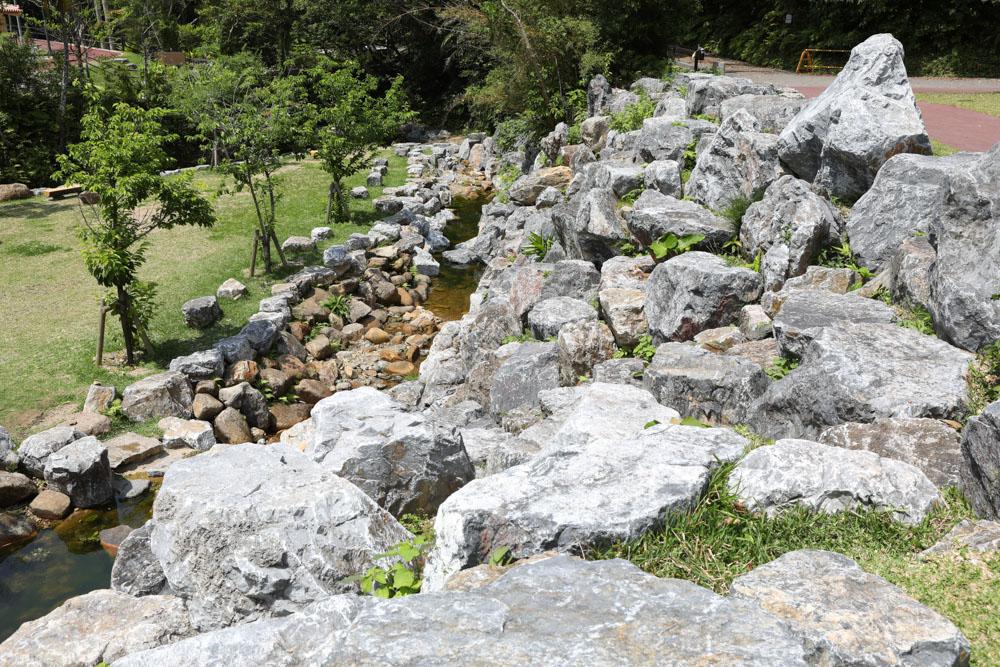 大きな岩が積まれたエリア