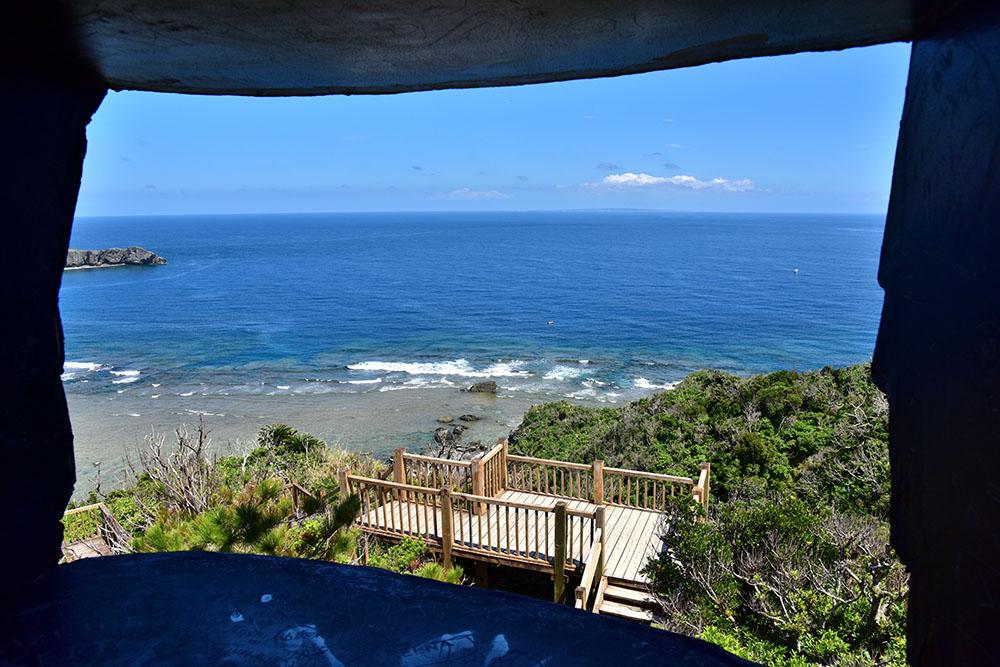 ヤンバルクイナ展望台のお腹から見える海