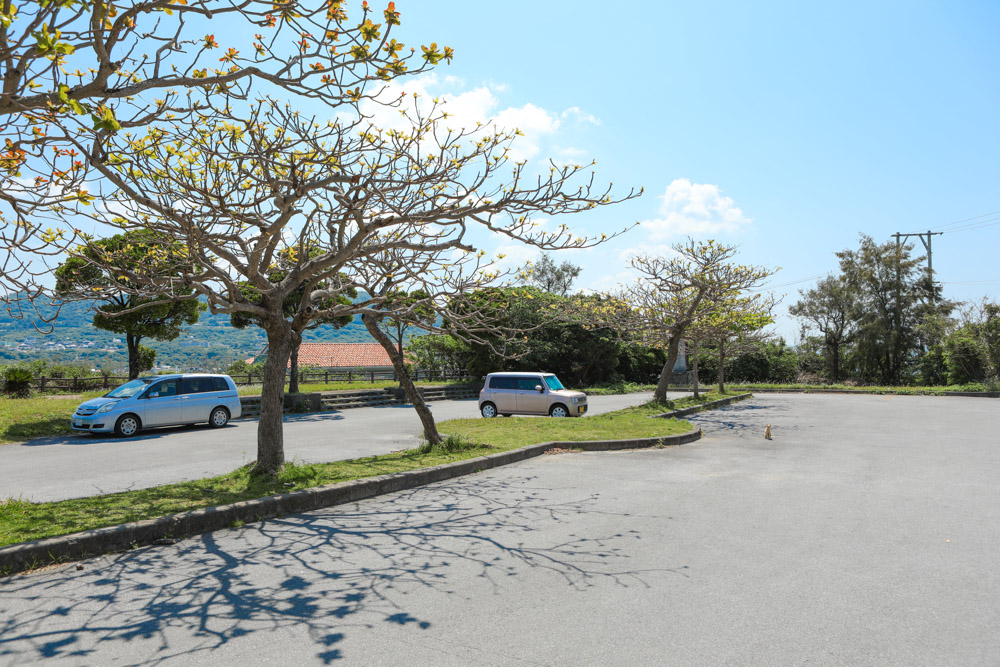 瀬底島の公共駐車場
