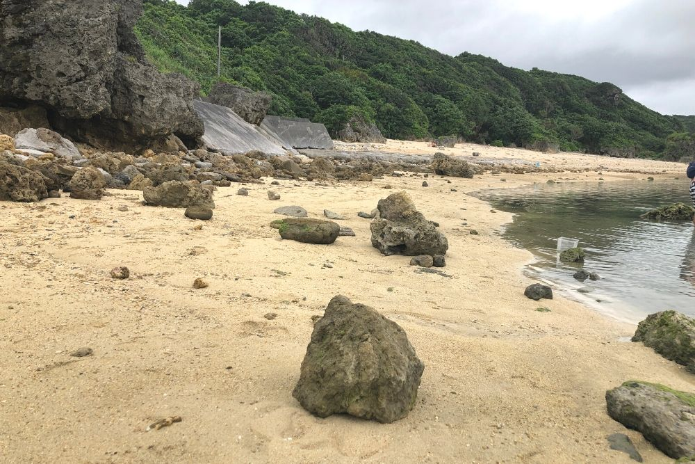 山と海の間のビーチ
