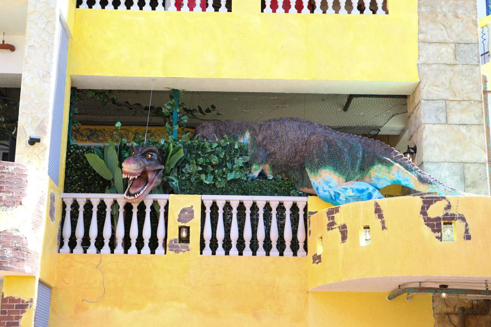 恐竜が顔を出す