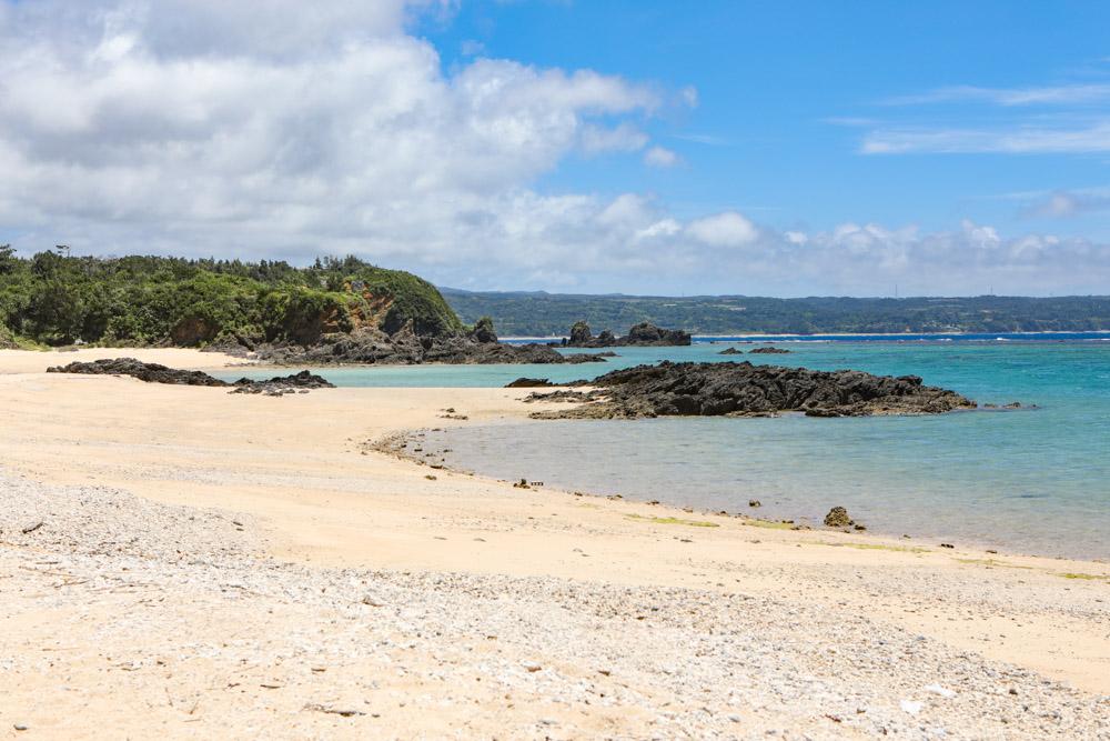 岩で2つに分かれたビーチ