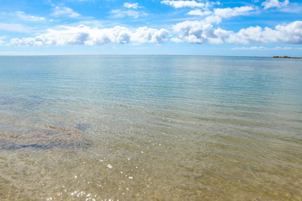 遠浅で静かな海
