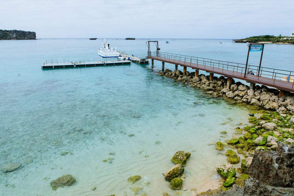 魚が泳いでいる桟橋付近