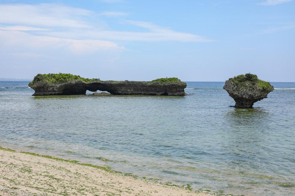 海に沈んだ二つの特徴的な岩