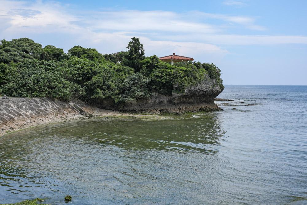 海の先端の高台にある東屋