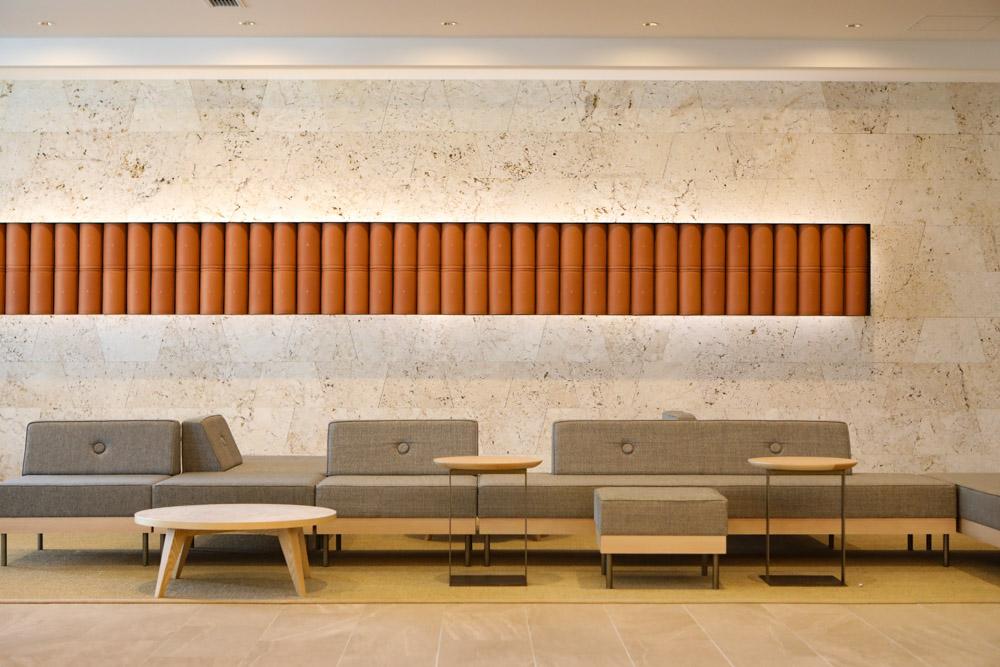 琉球赤瓦と石灰岩の壁