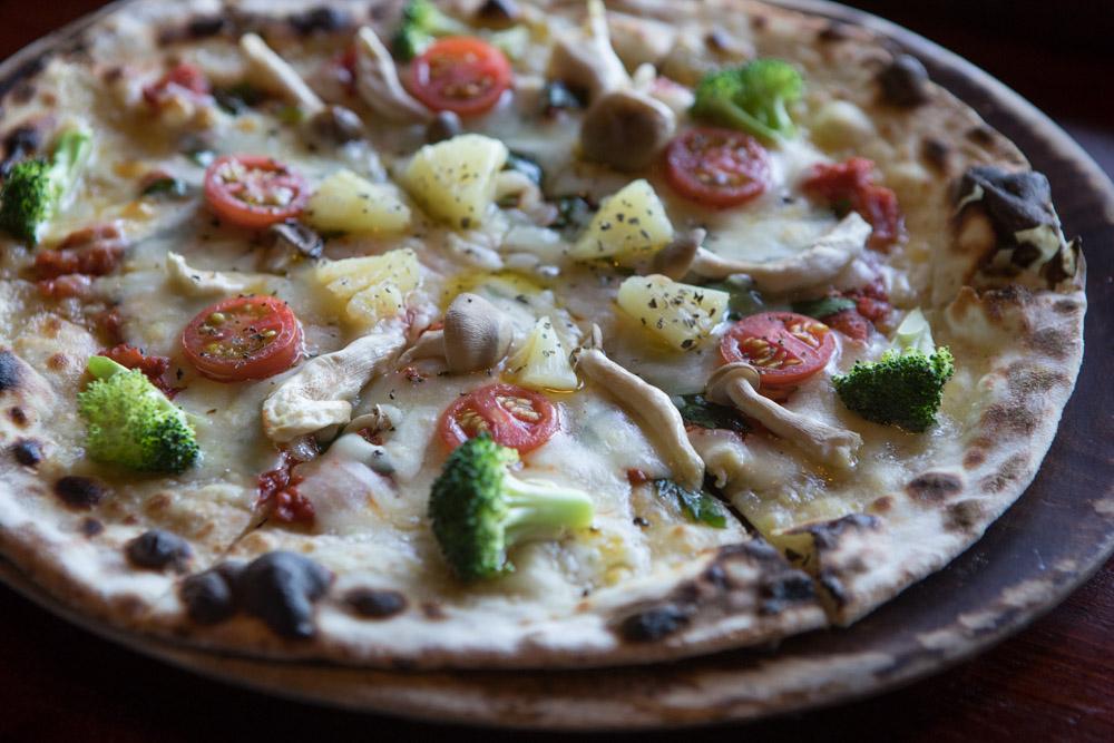 焼き立ての野菜たっぷりピザ