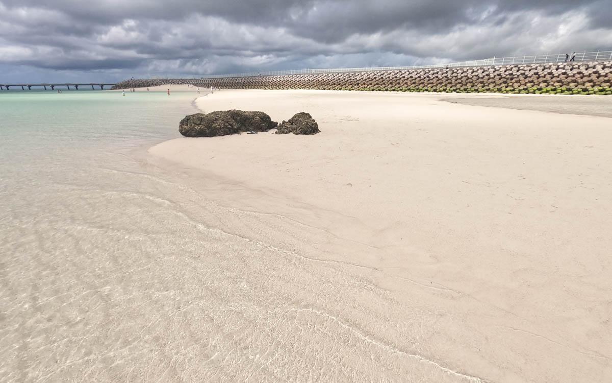 干潮の時間のみ現れる白浜