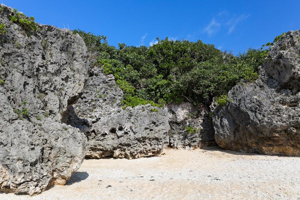 百名ビーチのゴツゴツした岩