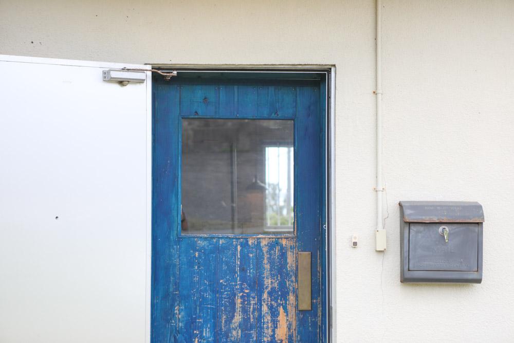 ニワカフェの青いドア