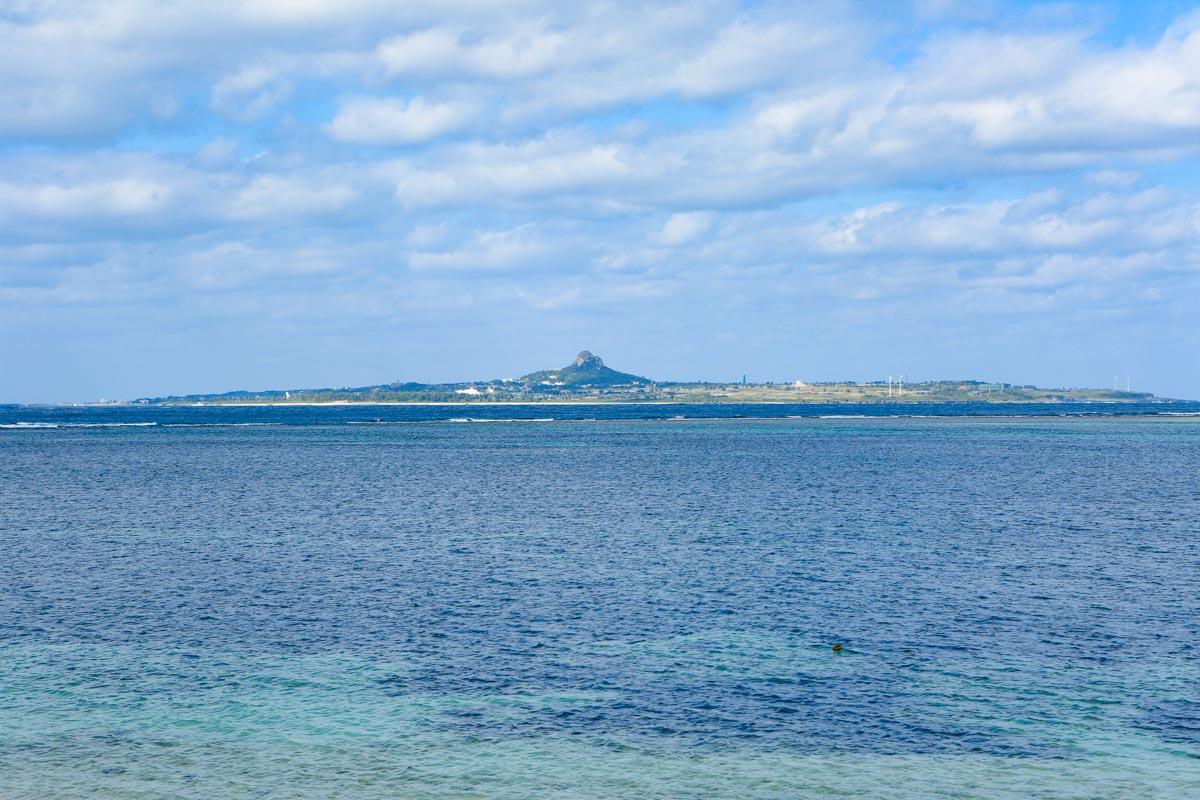 備瀬ビーチから伊江島タッチューを臨む