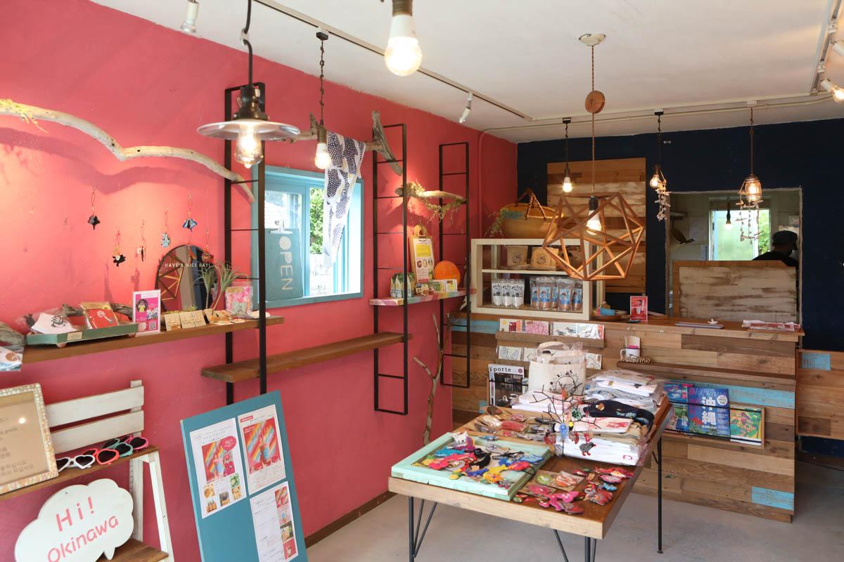 雑貨や食材の販売コーナー