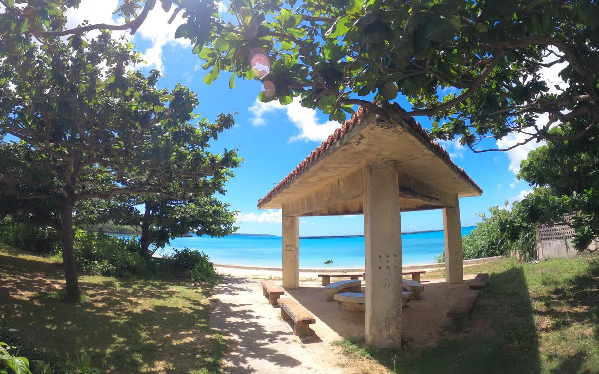 休憩所の後ろに青い海が見える