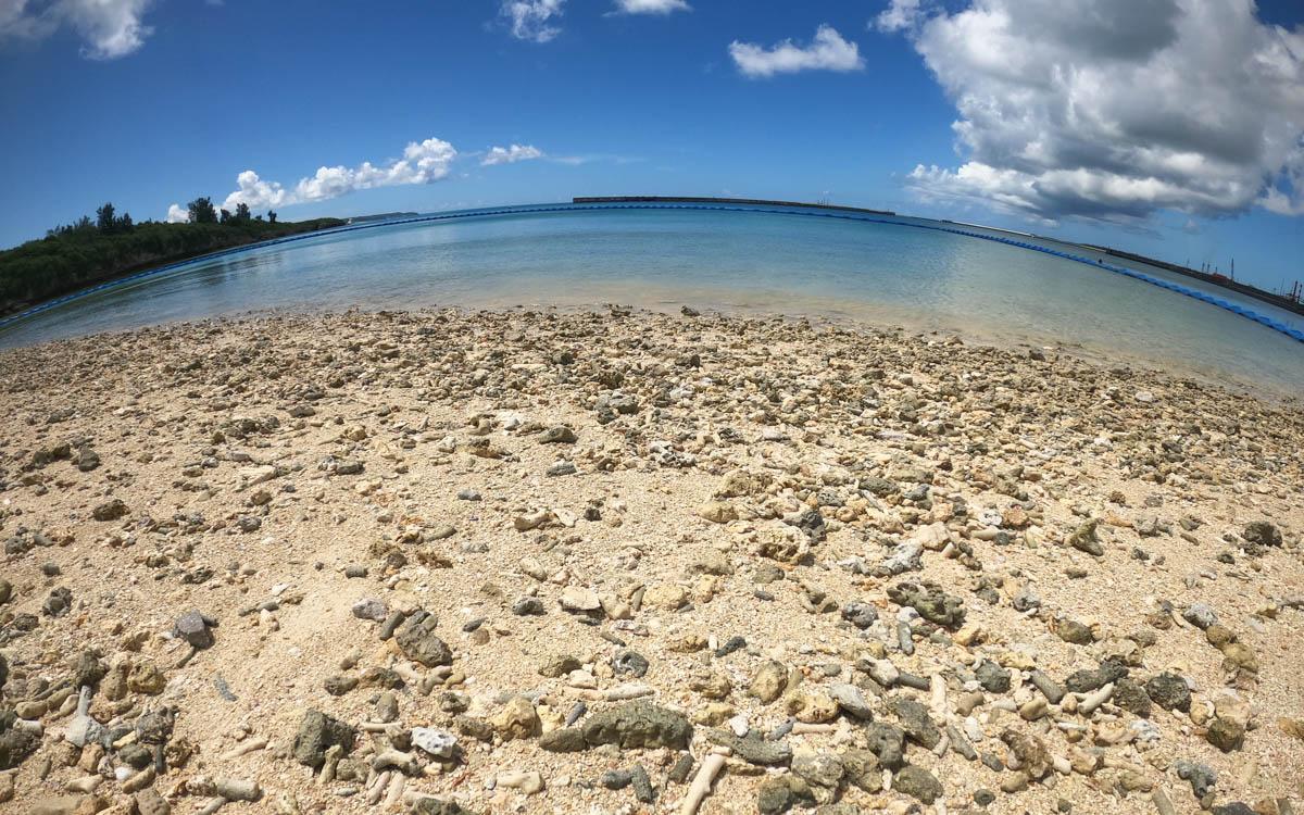 ゴツゴツした浜 珊瑚が落ちている