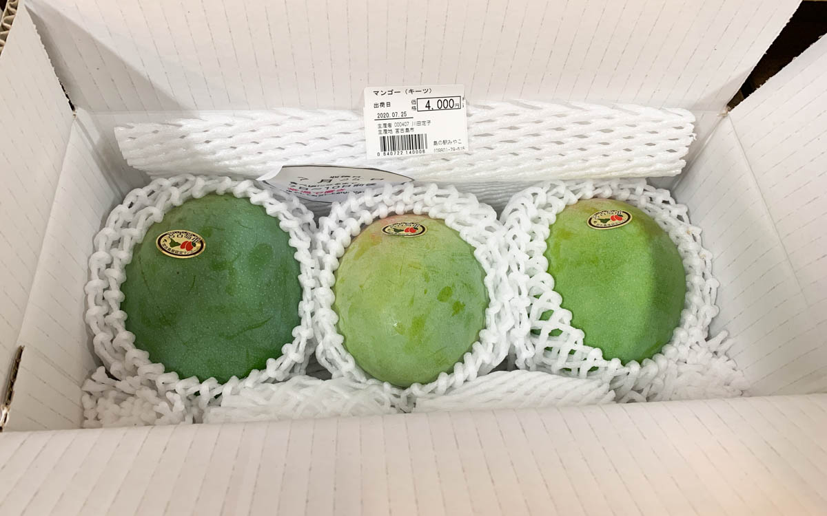 3つ並んだ青いマンゴー