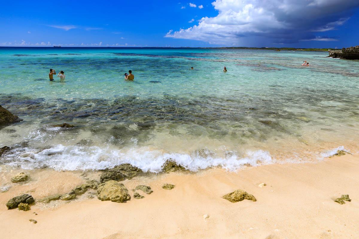 海水浴を楽しむ観光客