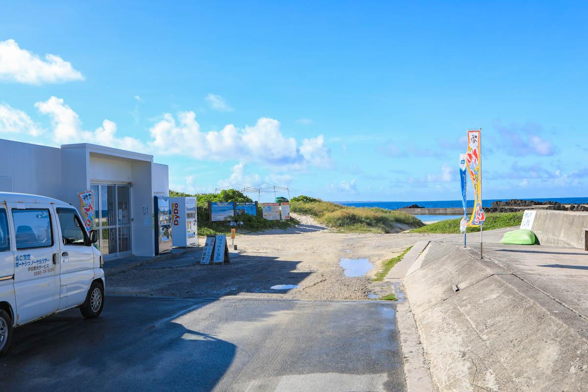 伊島観光サービスの前の通路