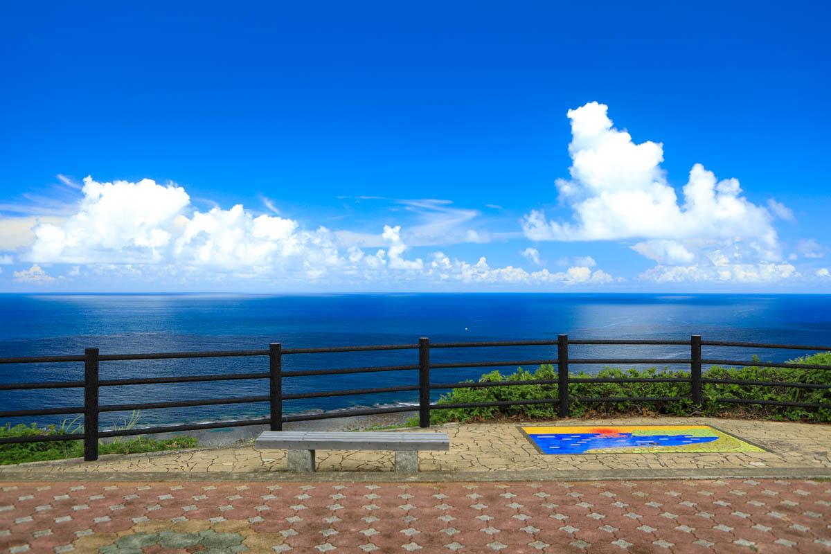 ベンチに座って景観を楽しむ