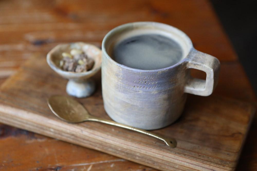 ホットコーヒーとナッツ