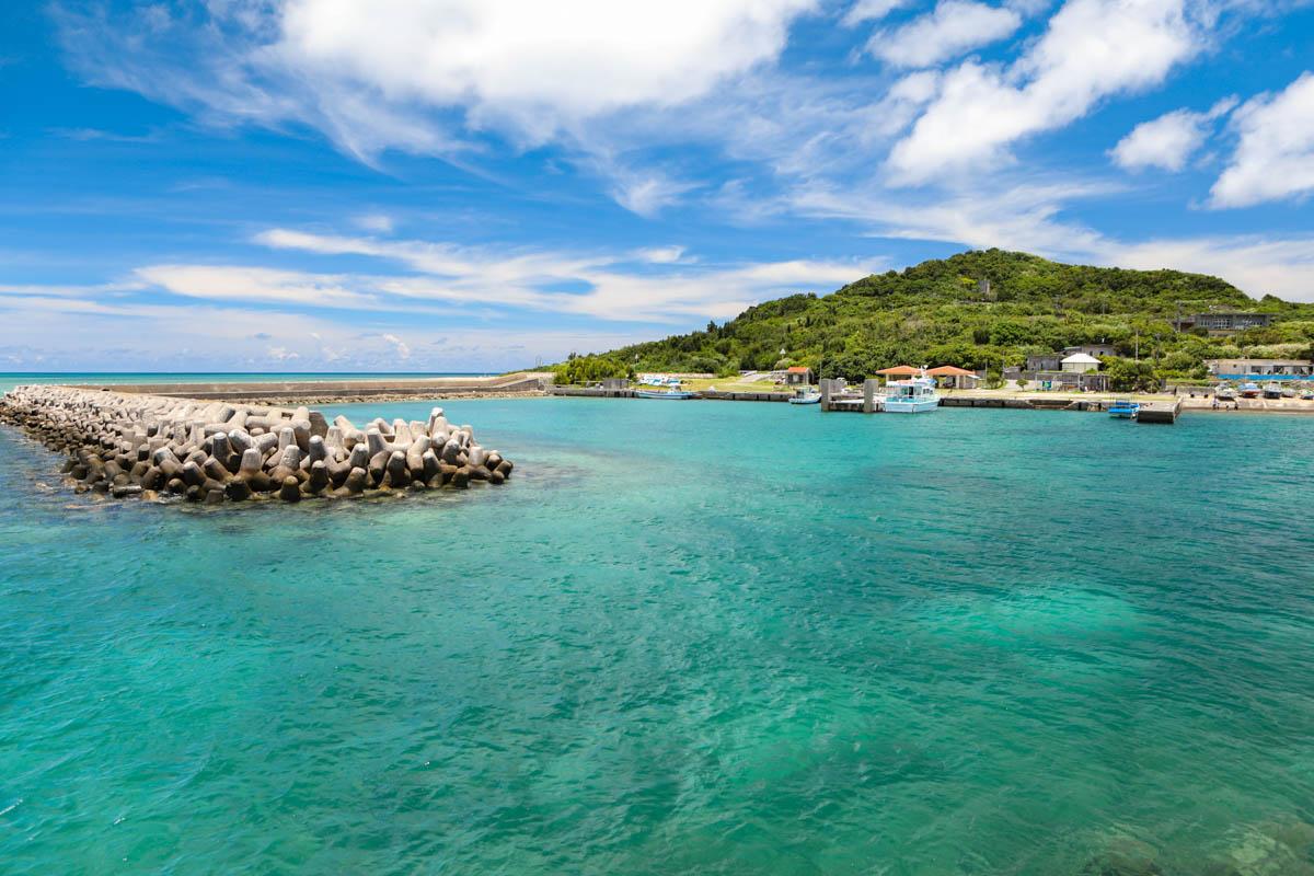 エメラルドブルーの海と小さな島